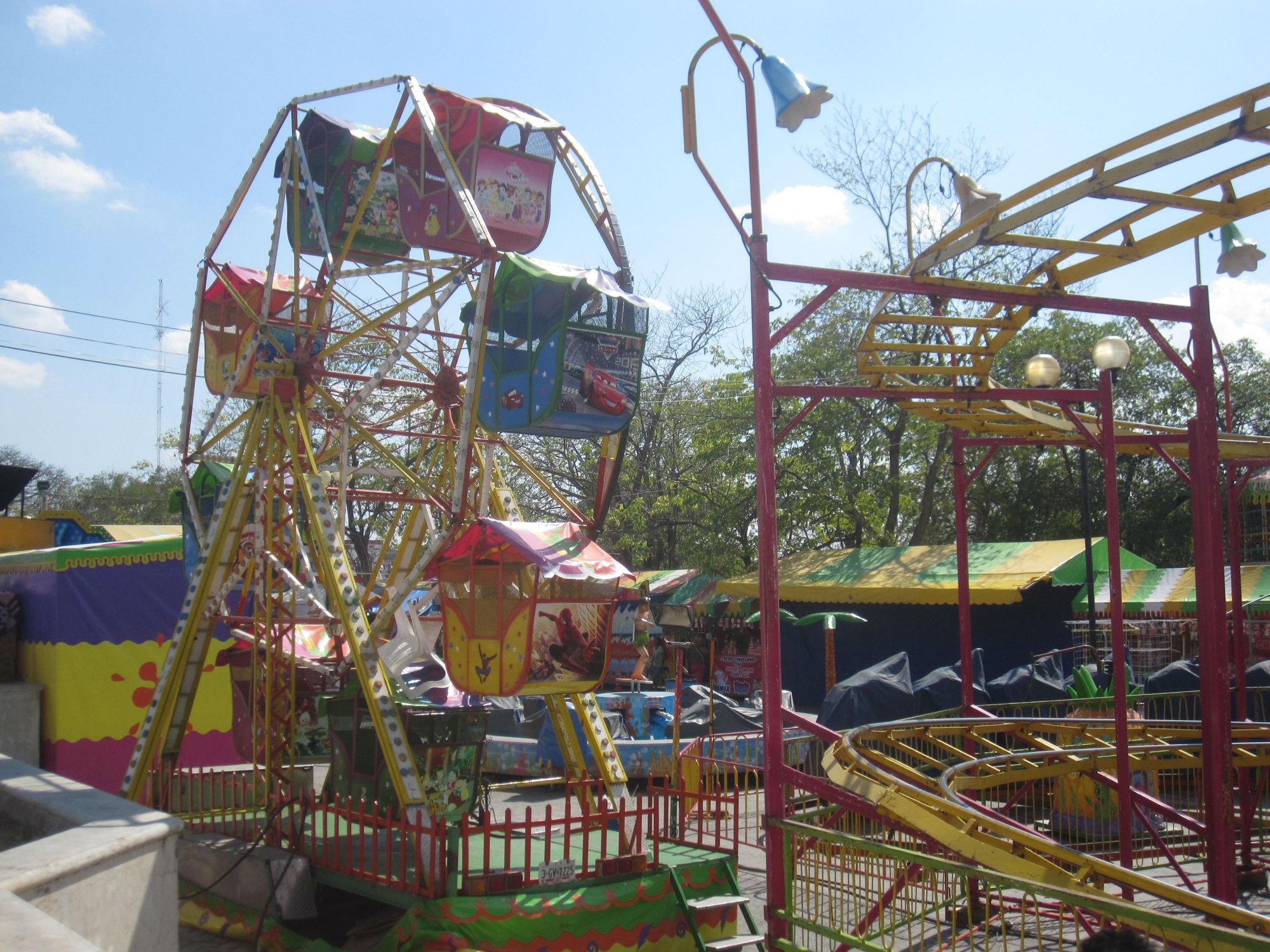 De höll på att bygga upp en liten nöjespark, marknad med stånd och en stor scen på stora torget! They were building up a small amusement park, market stalls and a big scene in the main square!