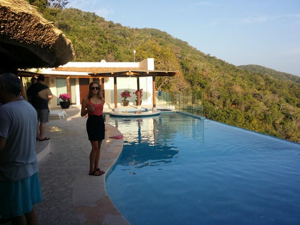 Vi har varit på hemmafest och värdparet har hittat ett hem med en fantastisk pool och utsikt! We have been at a home party and the hosts have found a home with a fantastic pool and view!
