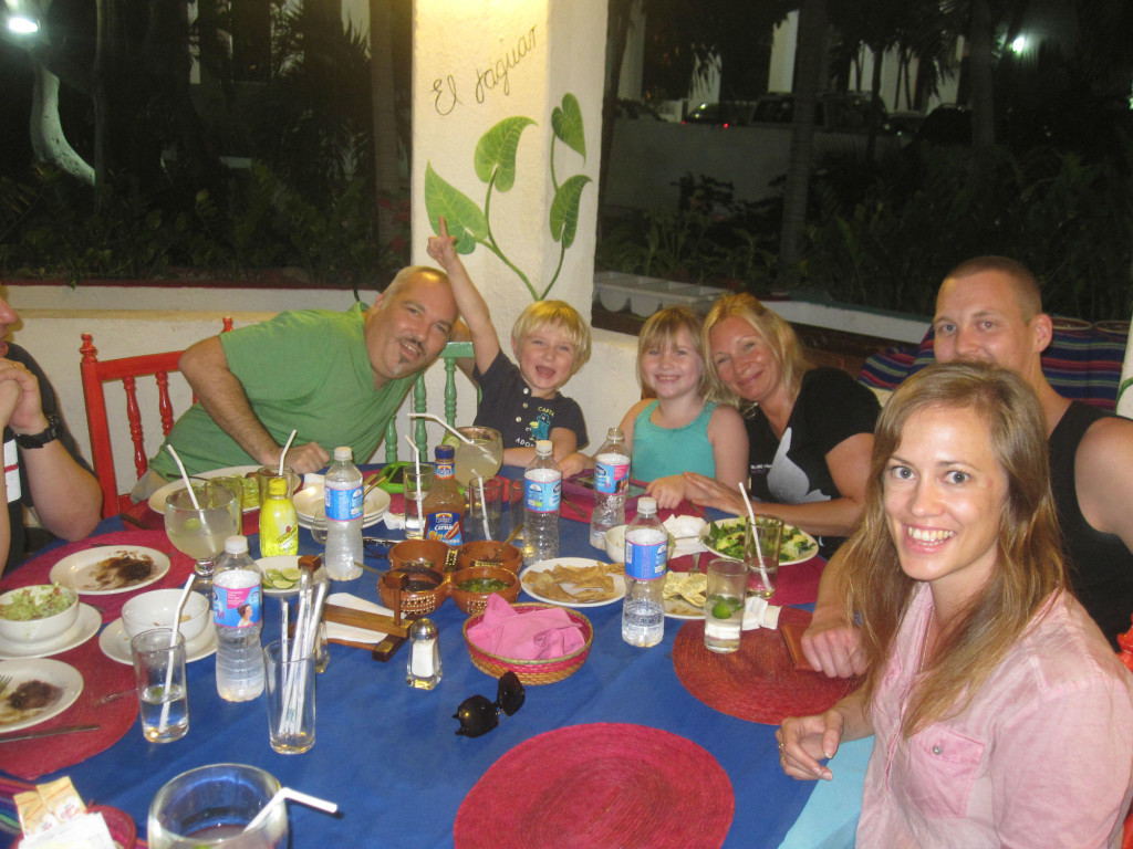 Vi mötte upp på en ordinarie träff och fick möta en del av den lokala anarkistgruppen! Här med familjen Freeman! We attended a regular meet up and we got to meet some of the local anarchists in Acapulco! Here we are with the Freeman family!