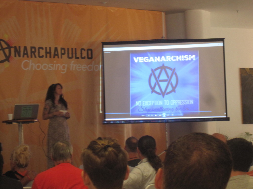 Dayna Martin höll en föreläsning om fredligt föräldraskap och veganism med koppling till icke-agressionprincipen! Dayna Martin gave a lecture on peaceful parenting and veganism where she extended the non-aggression principle to animals!