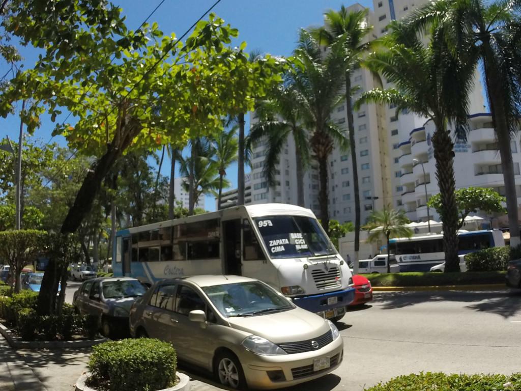 Du hittar till vilka områden bussen åker till på framrutan! De allra flesta åker mellan olika ställen på Costeran, men vissa svänger av och åker upp mot bergen, så håll utkik på vad det står på bussen. Skulle det hända att bussen svänger av så är det bara att hoppa av och gå tillbaka till Costeran hoppa på nästa buss! You will find which areas the bus will go to on the front window of the bus! Most buses travel between different places on the Costera, but some turn off the road and go up the mountains, so look what it says on the bus window. Should it happen that the bus makes that turn, just jump off and go back to the Costera and hop on the next bus!