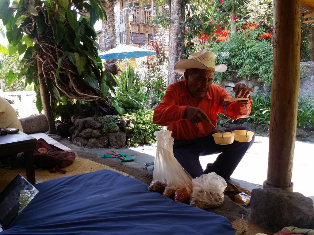 Det är en rolig äldre herre som kommer förbi flera gånger per dag och säljer nötter! It's a funny, old gentleman who comes by several times a day and sells nuts!