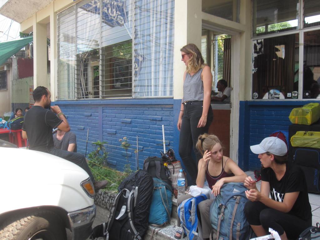 Det var vid det här kontoret i Guatemala som vi betalade en adminstrativ avgift som inte existerar. Trots att vi var väldigt sena till gränsen så var bussen som skulle plocka upp oss och köra oss mot Panajachel ännu senare. Det blev tillslut 1.5 timmes väntan här och ett hett tips är att gå på en toalett innan du lämnar gränsen. It was at this office in Guatemala that we paid an adminstrativ fee that does not exist. Although we were really late to the border, the bus, which would pick us up and drive us to Panajachel, was even later. We had to wait for 1.5 hours here and an advice is to use a toilet before leaving the border.