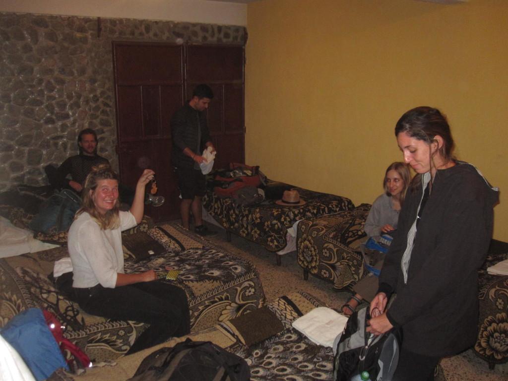 VI anlände till Panajachel fyra timmar försenade. Resan ska ta cirka 10 timmar, men det blev 14 tillslut och med det så missade vi den sista båten över sjön. Våra färdkamrater, Meria, Lii, Eden och Dean bestämde oss för att dela ett billigt rum för en natt . Vi betalade 40 Quetzales (44 SEK) per person och fick härligt bruna filtar att sova med! We arrived at Panajachel four hours late. The journey should take about 10 hours, but it ended with 14 hours for us and we missed the last boat across the lake. Our traveling companions, Meria, Lii, Eden and Dean decided to share a cheap room for a night. We paid 40 Quetzales (44 SEK) per person and had lovely brown blankets to sleep with!