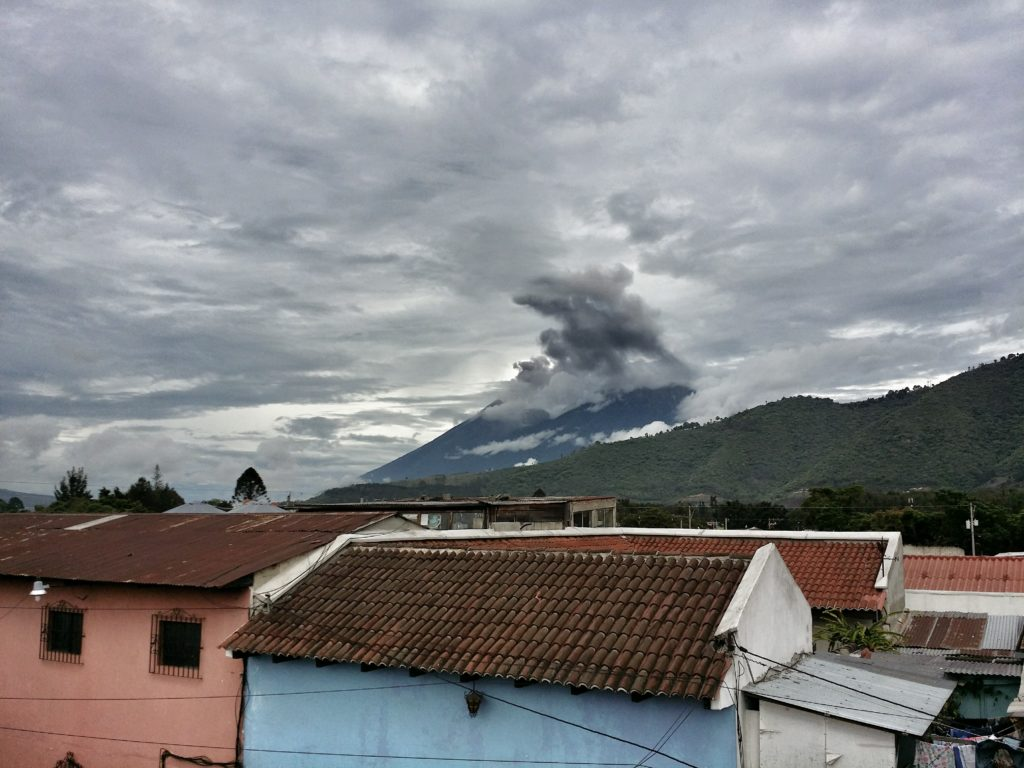 2 Vi kunde se flera vulkanutbrott av vulkanen Fuego från vårt hostel i Antigua! We could see several eruptions by the volcano Fuego from our hostel in Antigua!