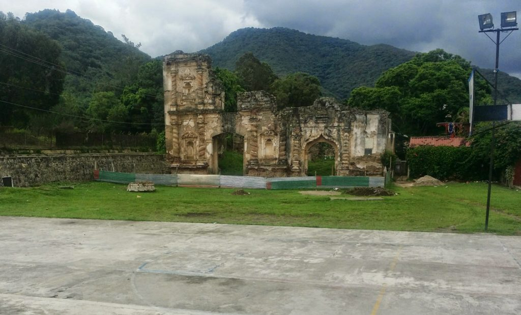 Vi såg fler ruiner på vår väg upp mot den norra utsiktplatsen i Antigua! We saw more ruins on our way up to the northern view point in Antigua!