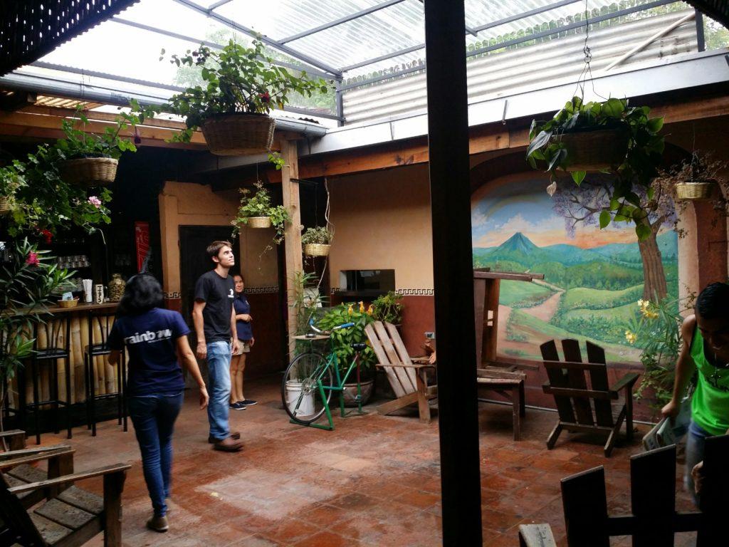 2 Det var ett riktigt oväder som passerade Antigua en av dagarna vi var där. Vi åt lunch på Rainbow cafe, vårat favoritcafe, och såg hur det regnade in! A big storm passed Antigua one of the days we were there. We were enjoying our lunch at rainbow cafe, our favorite cafe in Antigua, and watched how it rained in!