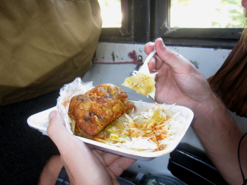 Frukost köptes genom fönsterrutan vid en busshållsplats. Breakfast was purchased through the bus window at a bus stop.