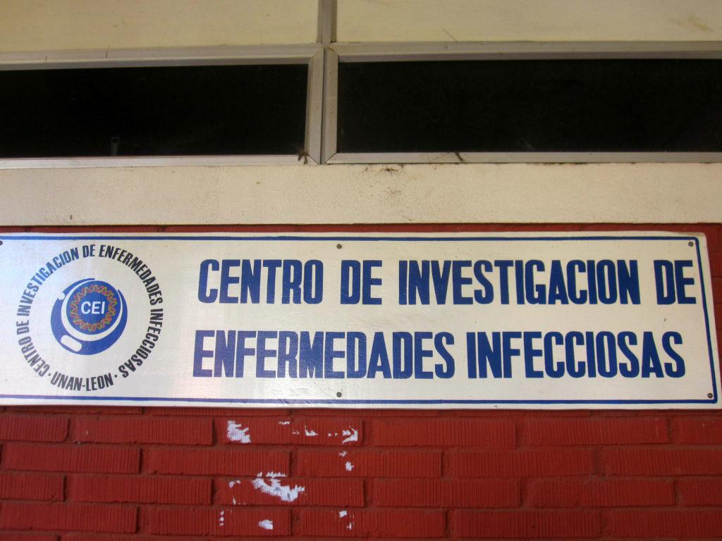 Vi fick se flera olika delar av den medicinska fakulteten, bland annat virus, bakterie, svamp och parasitlabb, samt undervisningssalar. We got to see different parts of the medical faculty, including the viral, bacterial, fungal and parasitic labs, and classrooms.
